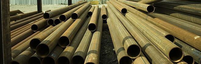 Metal_tubes_stored_in_a_yard